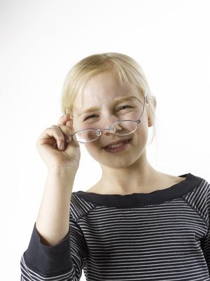 Mädchen mit Brille, Lächeln